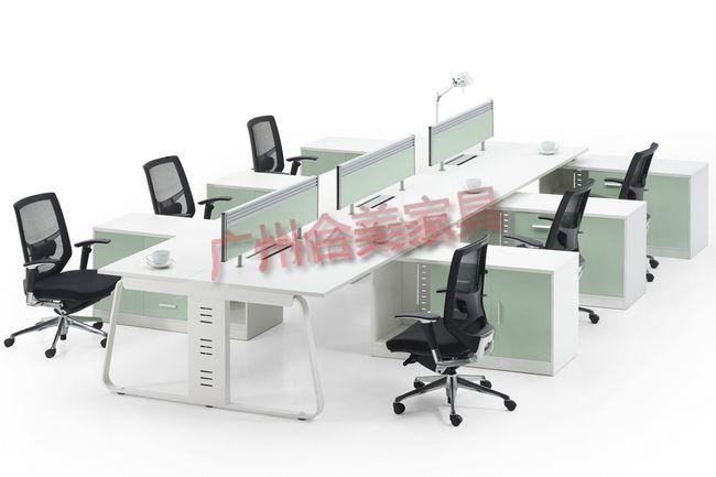 屏风式办公桌独特的设计来自世界流行的家居设计理念,以简单的造型表现装饰主义华贵的美。挺直简练的线条,干净利落,阐述的世界性的办公家居简约理念。  合美设计的屏风式办公桌演绎时尚经典,品味个性人生,令人神奇的轻松基调,赋予居室新的生命和个性, 屏风式办公桌在不息演变的浪潮里,秉承一份执着不衰的现代主义,各种现代材料的配用,应和各种用者只需,潮流感、实用感、华贵感一一彰显。 责任编辑: